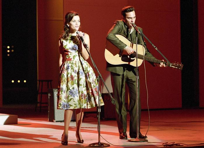 Joaquin Phoenix s Reese Witherspoonovou ve Walk the Line.